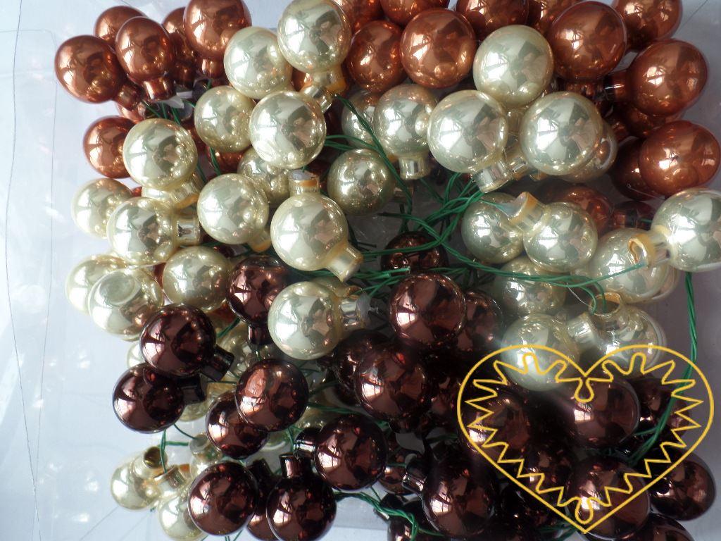 Hnědý mix skleněné kuličky na drátcích Ø 2 cm - 144 ks. V sadě se nachází koule lesklé i matné, což umožňuje tvořit zajímavé aranže.