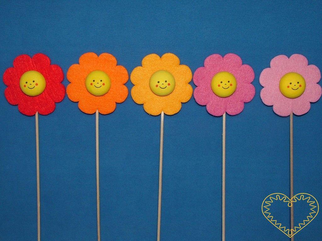 Kytička - zápich - dekorace ø 8 cm. Praktická dekorace z vaty a plsti, která se dá díky dřevěné špejli zapíchnout např. do květináče. Lze si na ni uvázat i mašličku. Kytičky mají žlutý vatový střed s usměvavým obličejem a okvětní plstěné lístky jsou