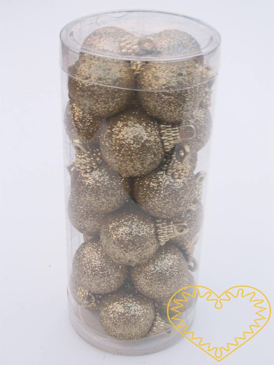 Zlaté koule závěsné - sada 24 ks. Plastové koule polepené stříbrnými glitry mají ø 2,5 cm. Každá koule má poutko k zavěšení. Materiál vhodný k tvorbě adventních a vánočních dekorací, věnců, svícnů apod. Lze použít i pro dekorace na hrob.