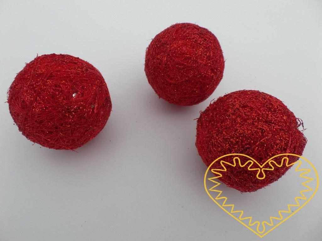 Koule omotaná červeným sisalem s glitry - průměr 4 cm. Vhodná k aranžování nebo jako dekorace.