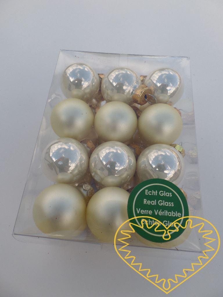 Skleněné závěsné koule krémový mix - 24 ks. Každá koule ø 2,5 cm má kovové očko k zavěšení. To umožňuje koule různě aranžovat, zavěšovat či uivazovat. Materiál vhodný k tvorbě adventních a vánočních dekorací, věnců, svícnů apod. cena je uvedena za ce