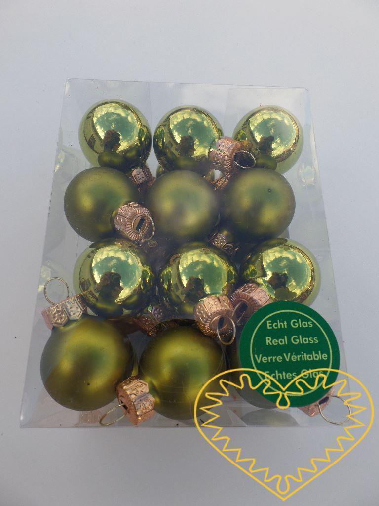 Skleněné závěsné koule zelený mix - 24 ks. Každá koule ø 2,5 cm má kovové očko k zavěšení. To umožňuje koule různě aranžovat, zavěšovat či uivazovat. Materiál vhodný k tvorbě adventních a vánočních dekorací, věnců, svícnů apod. cena je uvedena za cel