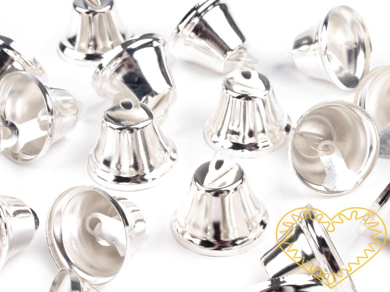 Stříbrné kovové zvonečky 12 x 20 mm - sada 50 ks. Zvonečky mají srdce z plíšku, takže skutečně zvoní. Vhodné pro tvorbu dekorací a vánočních aranžmá.