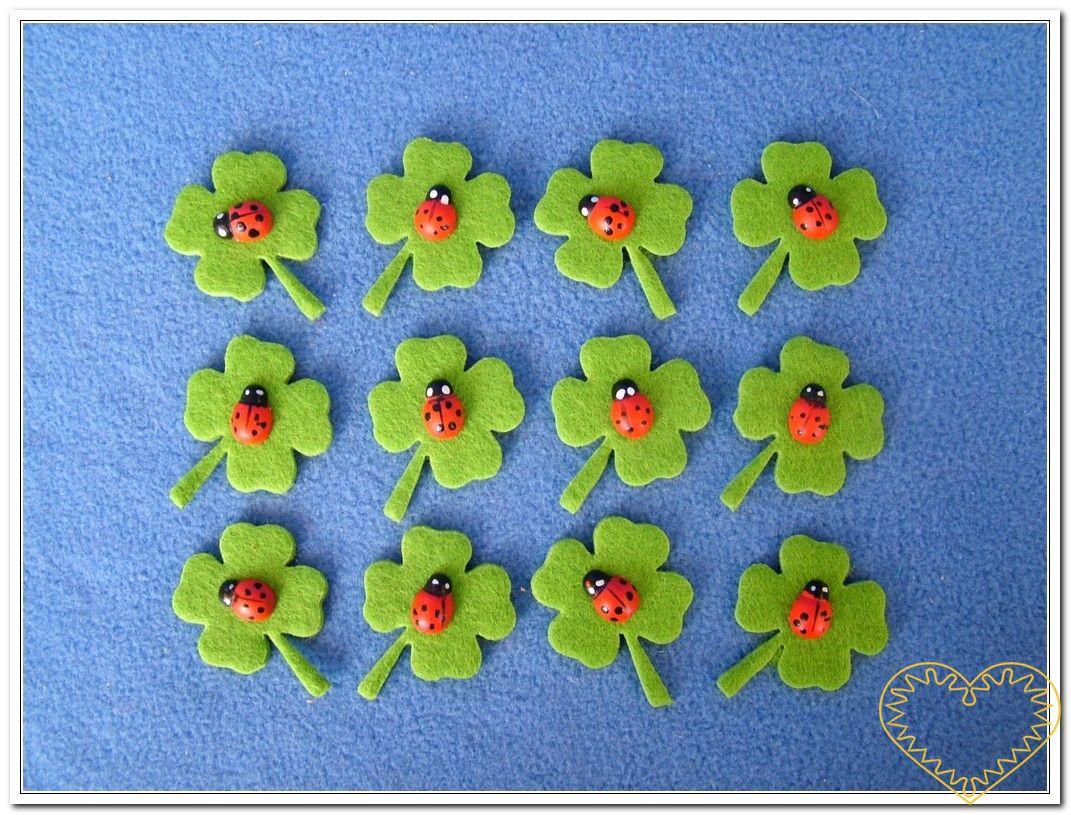 Zelené čtyřlístky s beruškami. Balení obsahuje 12 ks plstěných čtyřlístků s dřevěnými beruškami. Vhodné k aranžování, přízdobám, tvoření s dětmi, jako základ nejrůznějších dekorací.