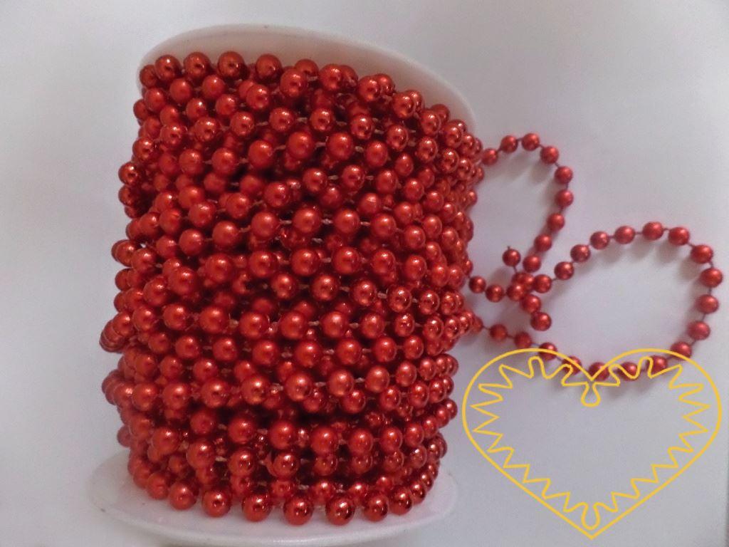 Čevené metalické perličky na šňůře - velikost korálku 6 mm. Vhodné jako součást nejrůznějších dekorací i samostatně apod. Oblíbený aranžérský materiál, lze využít i k vázání dárků a zdobení kytic. Řetěz se nepáře, lze jej snadno stříhat.