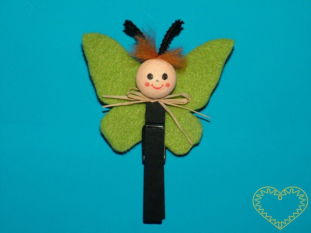 Motýl na kolíčku - hravá dekorace z plsti a buničité vaty, výška 10,5 cm. Díky kolíčku lze motýlka umístit na nejrůznější místa, např. i na závěsy. Motýlci mají různě barevná křídla.