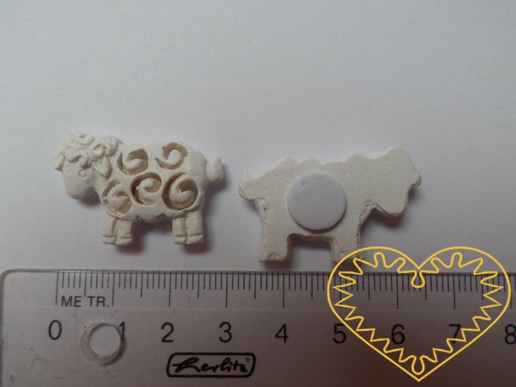 Ovečka se samolepem - 9 ks. Z rubové strany je nalepeno samolepící kolečko, po odstranění ochranné fólie snadno nalepíte na podklad. Milá jarní a velikonoční přízdoba.