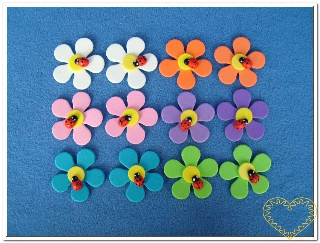 Barevné kytky s beruškou mix - 12 kusů. Balení obsahuje 12 ks kytek z pěnové gumy různých barev s beruškou. Vhodné k aranžování, přízdobám, tvoření s dětmi, jako základ nejrůznějších dekorací.