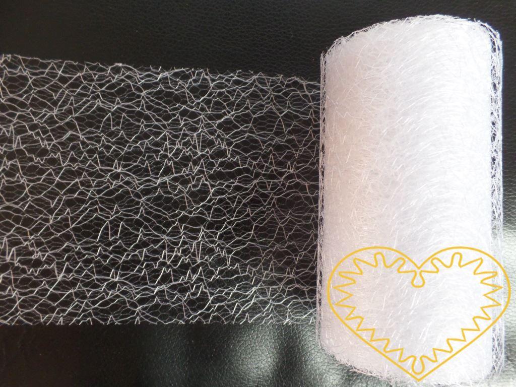 Bílá pavučina - spider organza - šíře 9,5 cm, délka 9,14 m. Dekorační textilie je jemná látka, která vypadá jako pavučina. Velkou výhodou je, že se netřepí a snadno stříhá. Lze použít i na dekoraci židlí ke slavnostní tabuli.