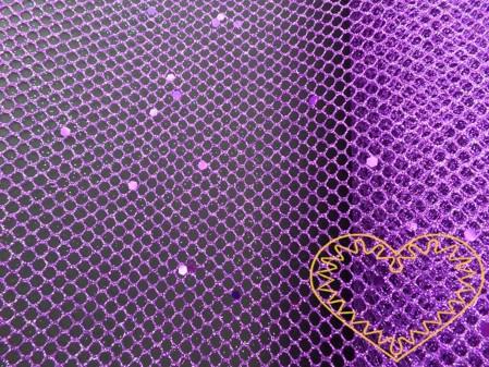 Fialová síťovina s glitry - šíře 48 cm. Vhodná k dekorování, aranžování, pro výzdobu slavnostní tabule, balení dárků, výrobu ozdob apod.