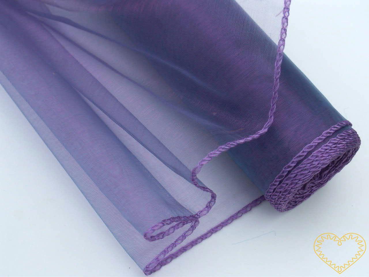 Organza tmavě fialová s duhovým měňavým efektem, šíře 38 cm, z obou stran obroubená. Vypadá velmi slavnostně a zajímavě. Vhodná k dekorování, šití, aranžování, pro výzdobu slavnostní tabule, balení dárků, výrobu ozdob apod.