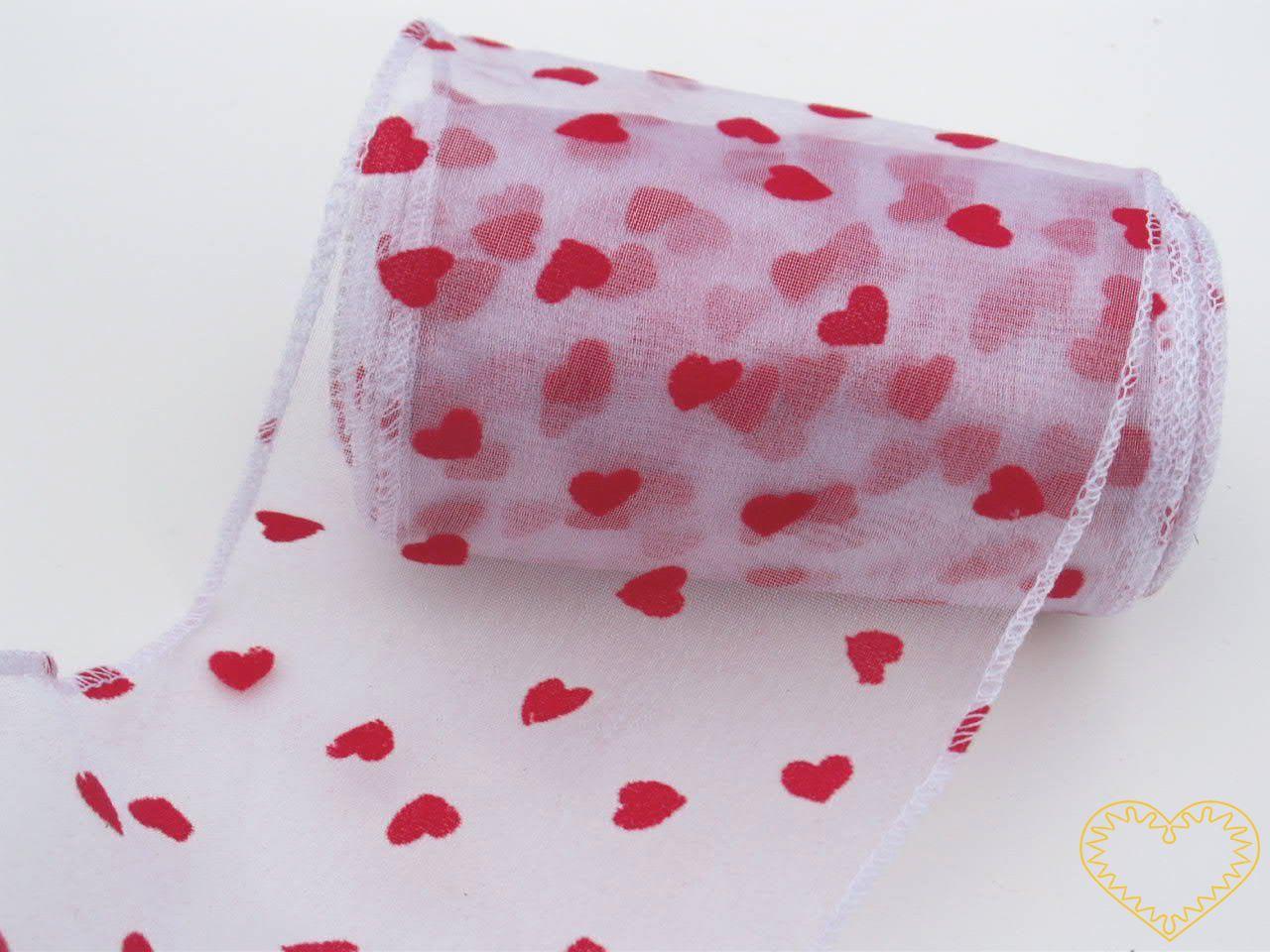 Organza bílá s tištěnými červenými srdíčky - šíře 12 cm, délka 9,14 m, z obou stran obroubená. Organza má široké využítí - k dekoračním účelům, k šití, do květinových aranžmá, pro výzdobu slavnostní tabule, k balení dárků, jako mašle, na výrobu broží