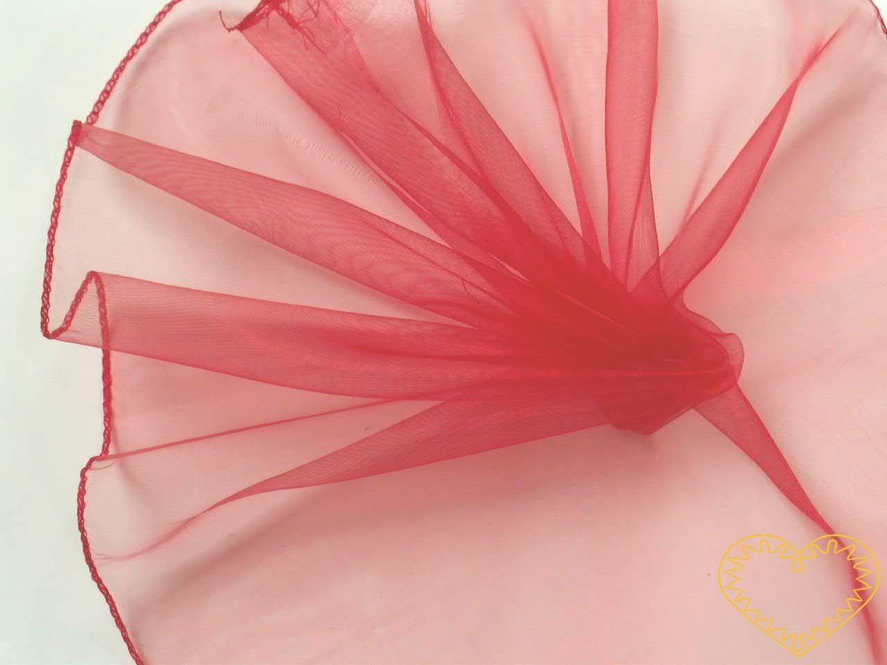 Červená organza šíře 39 cm a délky 8,22 m, z obou stran obroubená. Vhodná k dekorování, šití, aranžování, pro výzdobu slavnostní tabule, balení dárků, výrobu ozdob apod.