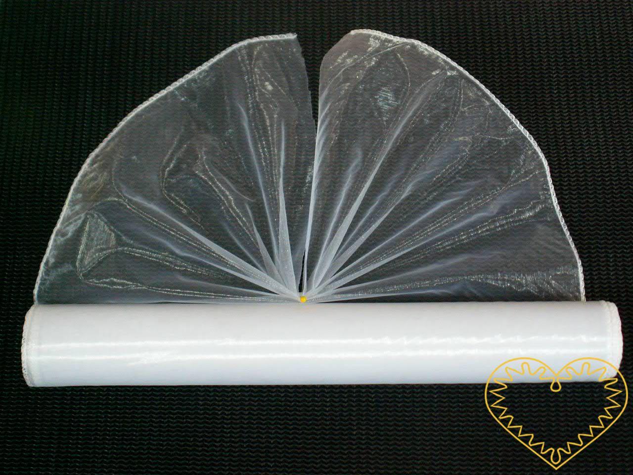 bílá organza šíře 38 cm a délky 8,22 m, z obou stran obroubená. Vhodná k dekorování, šití, aranžování, pro výzdobu slavnostní tabule, balení dárků, výrobu ozdob apod.