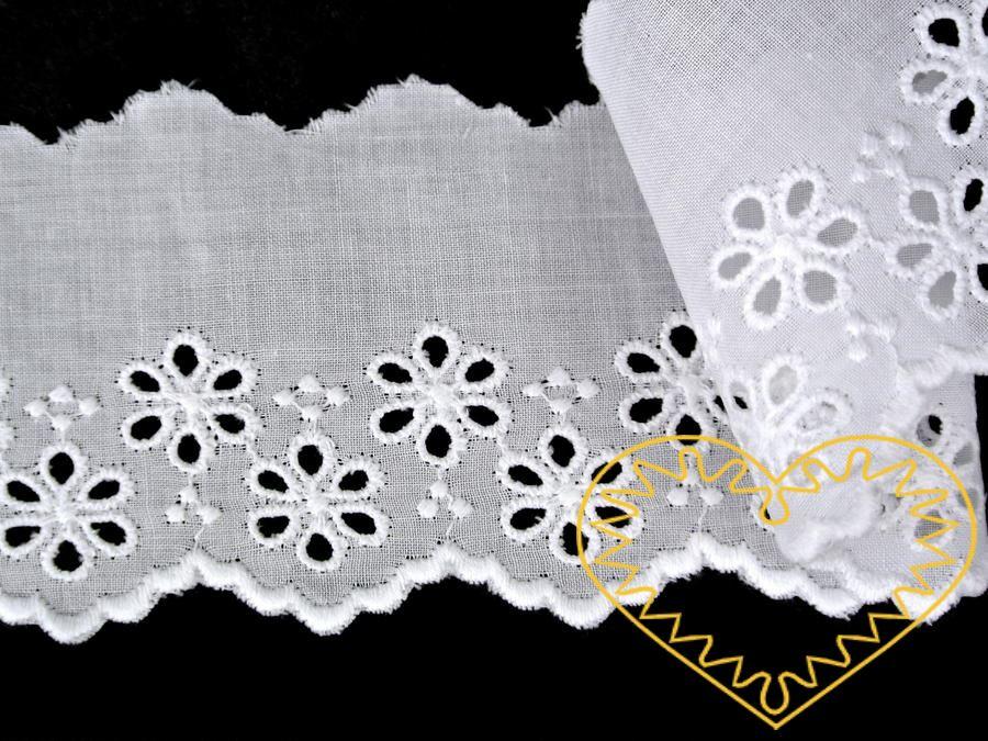 Štykování / madeira bavlněné bílé s kvítky - šíře 57 mm. Strojově vyšívaná celobavlněná krajka je vhodná k výrobě textilu, krojů, zdobení oděvů, bytového textilu ad.