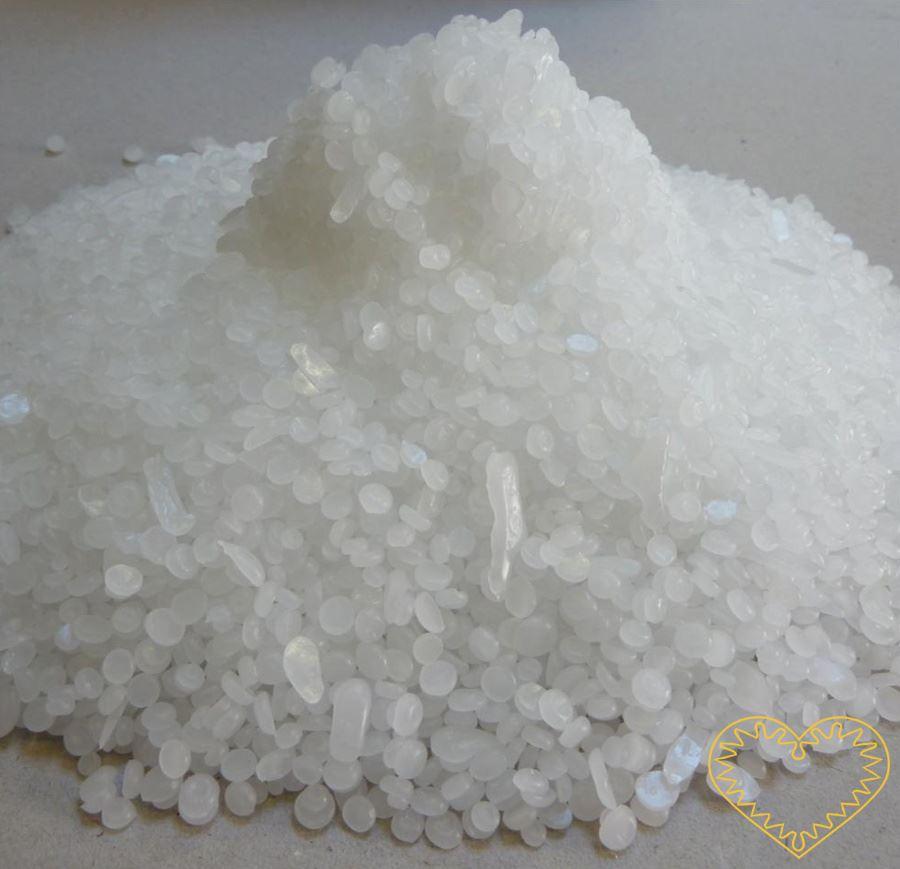 Parafín na výrobu svíček 1 kg. Vysoce čistý několikrát filtrovaný peckovaný parafín s kouřivostí pod 2%. Rozehřejete na horké plotně v tavícím hrnci (80985_01) nebo v normálním hrnci ve vodní lázni. Roztavený vosk může být zabarven přimícháním voskov