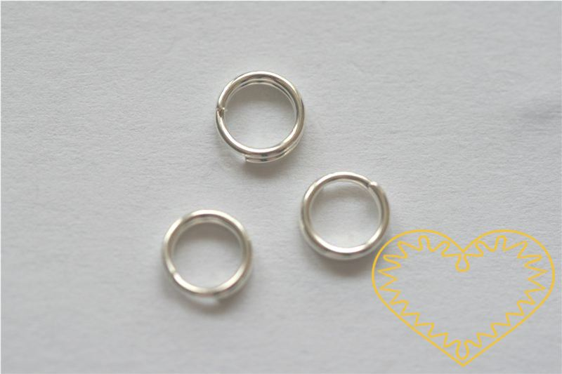 Stříbrný spojovací kroužek ø 6 mm - 50 g (cca 800 - 900 ks). Spojovací kroužky využijete při výrobě rozličných šperků - náuštnic, náramků, náhrdelníků, čelenek nebo i prstýnků.