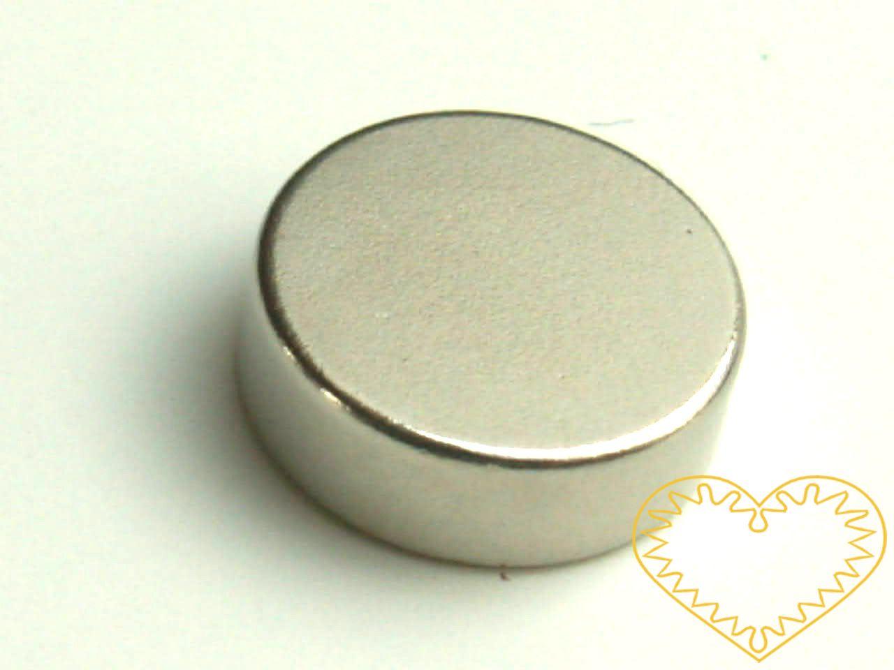 Super silný magnet kulatý Ø 3 cm. Udrží velké zatížení - až 20 listů papíru A4 Vhodné na magnetickou tabuli, nástěnku, flipchart či doma na lednici. Lze je využít jako základ pro tvorbu vlastních originálních magnetů.