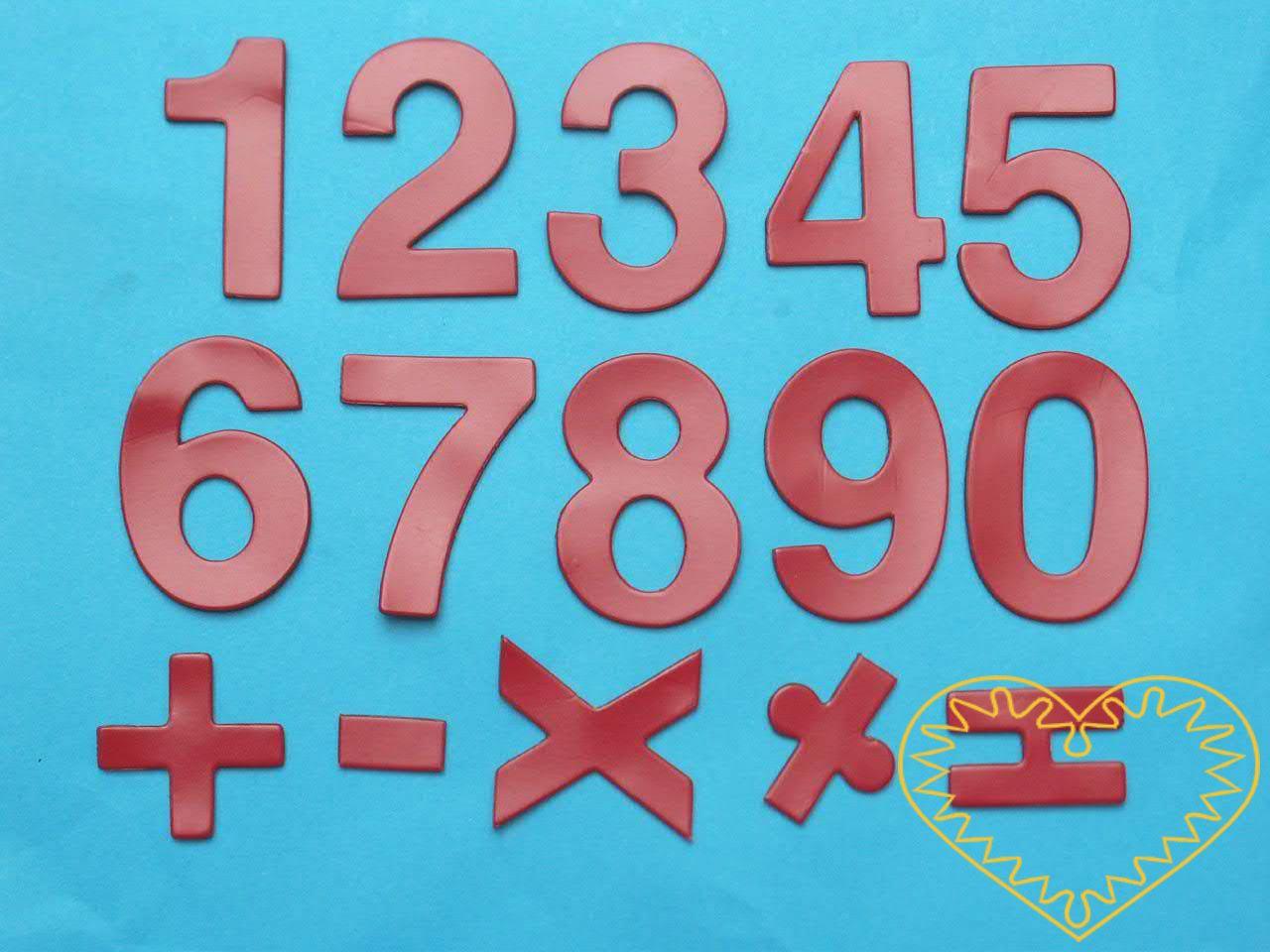 Červená magnetická čísla vyrobená z magnetické fólie. Jedná se o sadu číslic a znamének (+, =, -, /, x), výška číslic je 4cm. Dají se snadno uchytit na tabuli, ledničku či jiný kovový podklad. Číslice se dají dále dotvářet - domalovávat (např. lihový