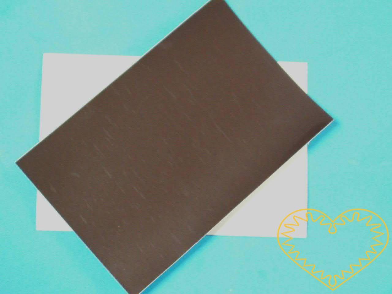 Magnetická samolepící destička velikosti 10 x 15 cm - výborná pomůcka pro výrobu vlastnoručních magnetek. Destička je z jedné strany samolepící, takže na ni stačí přilepit Váš výtvor z papíru, fima, umělé hmoty apod. a vzniknou tak originální magnetk
