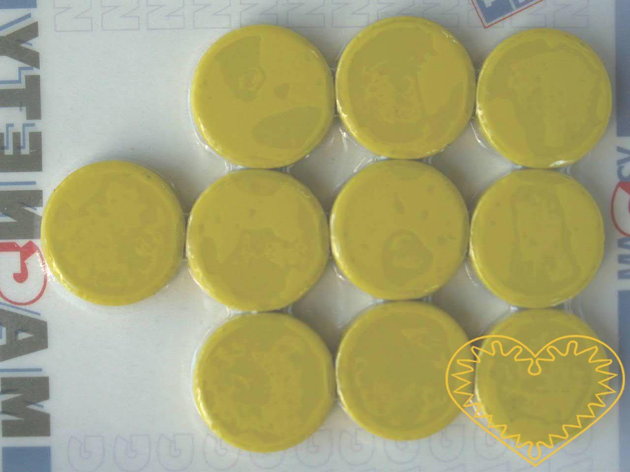 Sada 10 kusů žlutých kulatých magnetů Ø 2 cm. Vhodné na magnetickou tabuli, nástěnku, flipchart či doma na lednici. Lze je využít jako základ pro tvorbu vlastních originálních magnetů.