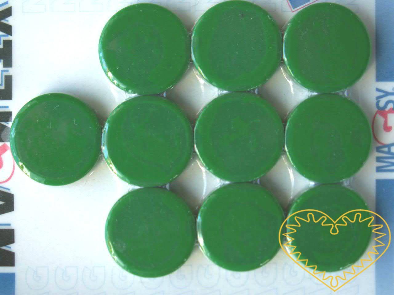 Sada 10 kusů zelených kulatých magnetů Ø 2 cm. Vhodné na magnetickou tabuli, nástěnku, flipchart či doma na lednici. Lze je využít jako základ pro tvorbu vlastních originálních magnetů.