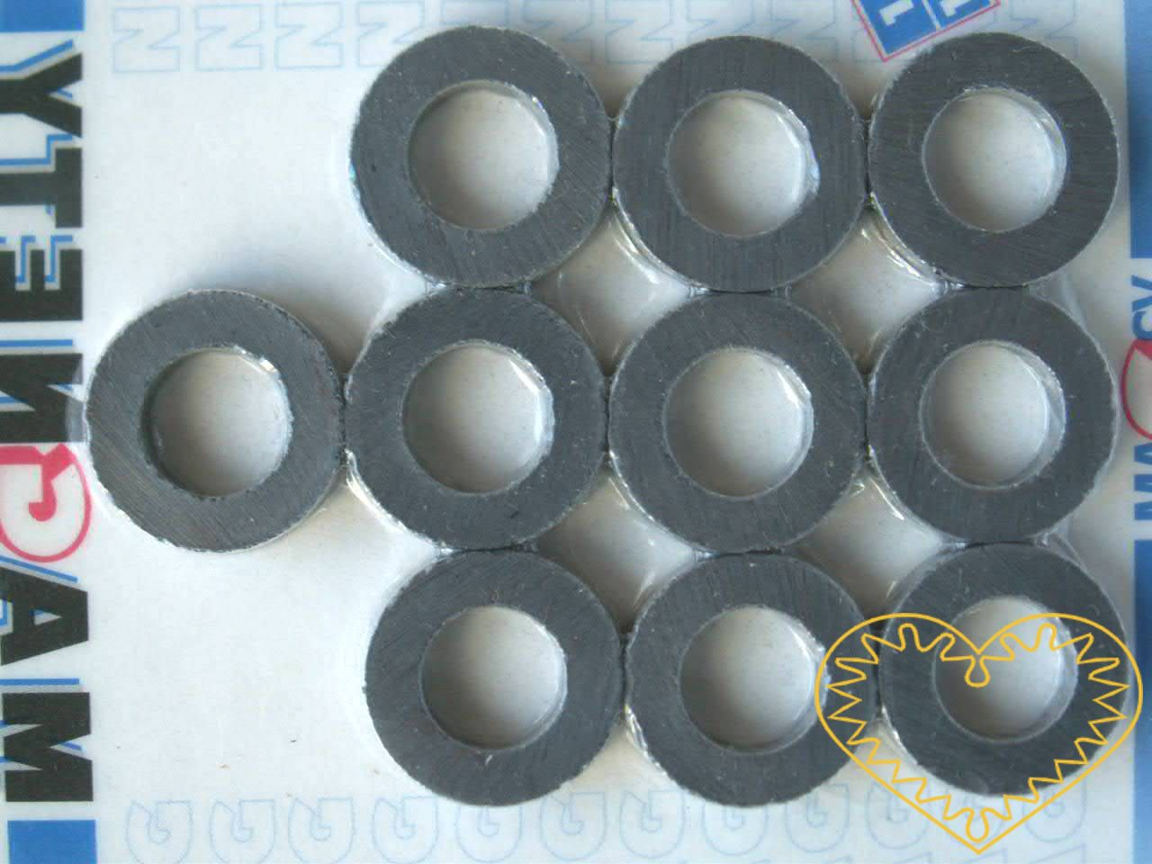 Magnet kulatý s otvorem - sada 10 kusů. Průměr magnetu je 2 cm, průměr otvoru 1,2 cm, tloušťka magnetu je 4,5 mm. Vhodné na magnetickou tabuli, nástěnku, flipchart či doma na lednici. Lze je využít jako základ pro tvorbu vlastních originálních magnet