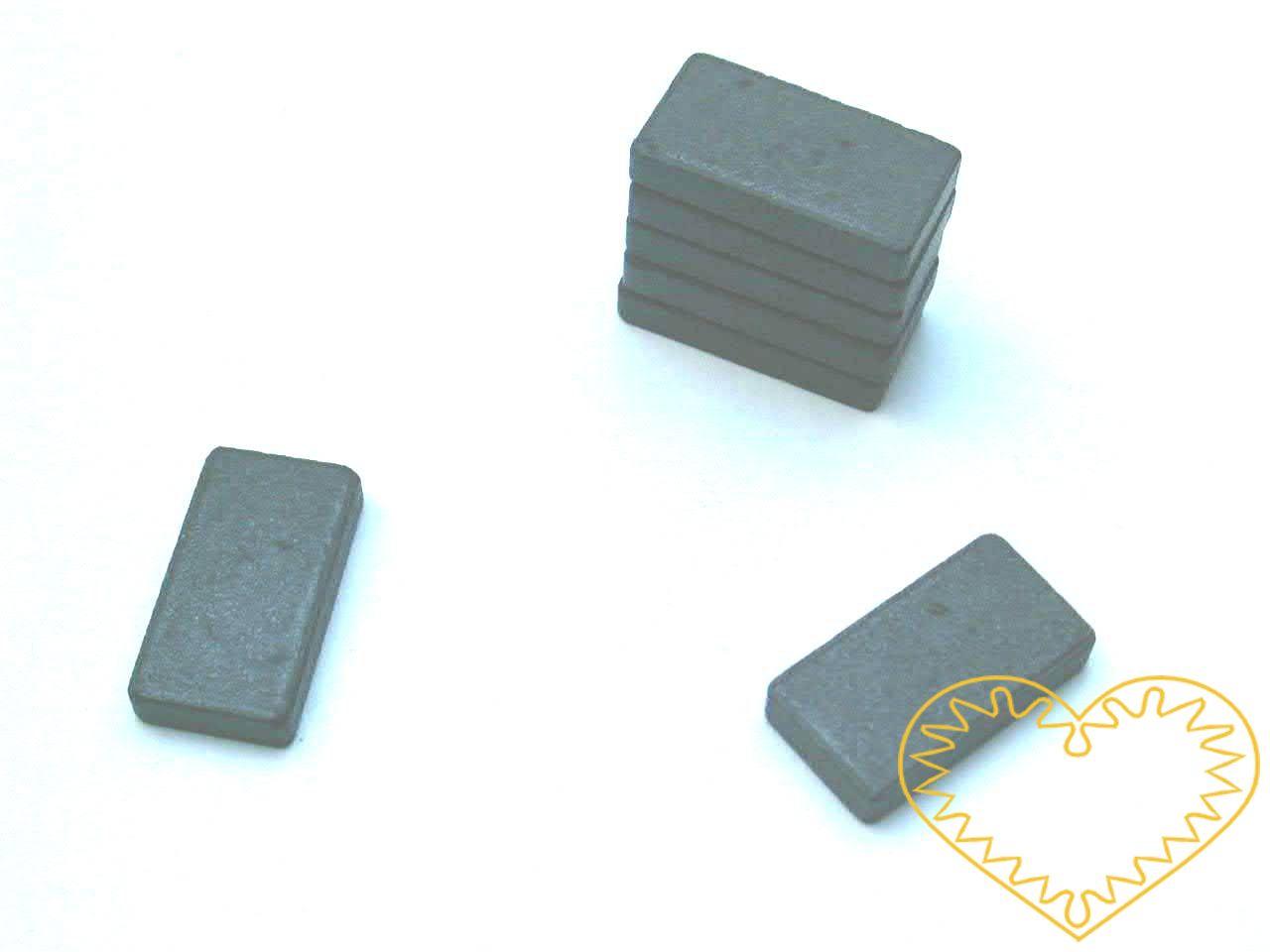 Magnet obdélný - 15 x 28 mm. Vhodné na magnetickou tabuli, nástěnku, flipchart či doma na lednici. Lze je využít jako základ pro tvorbu vlastních originálních magnetů.