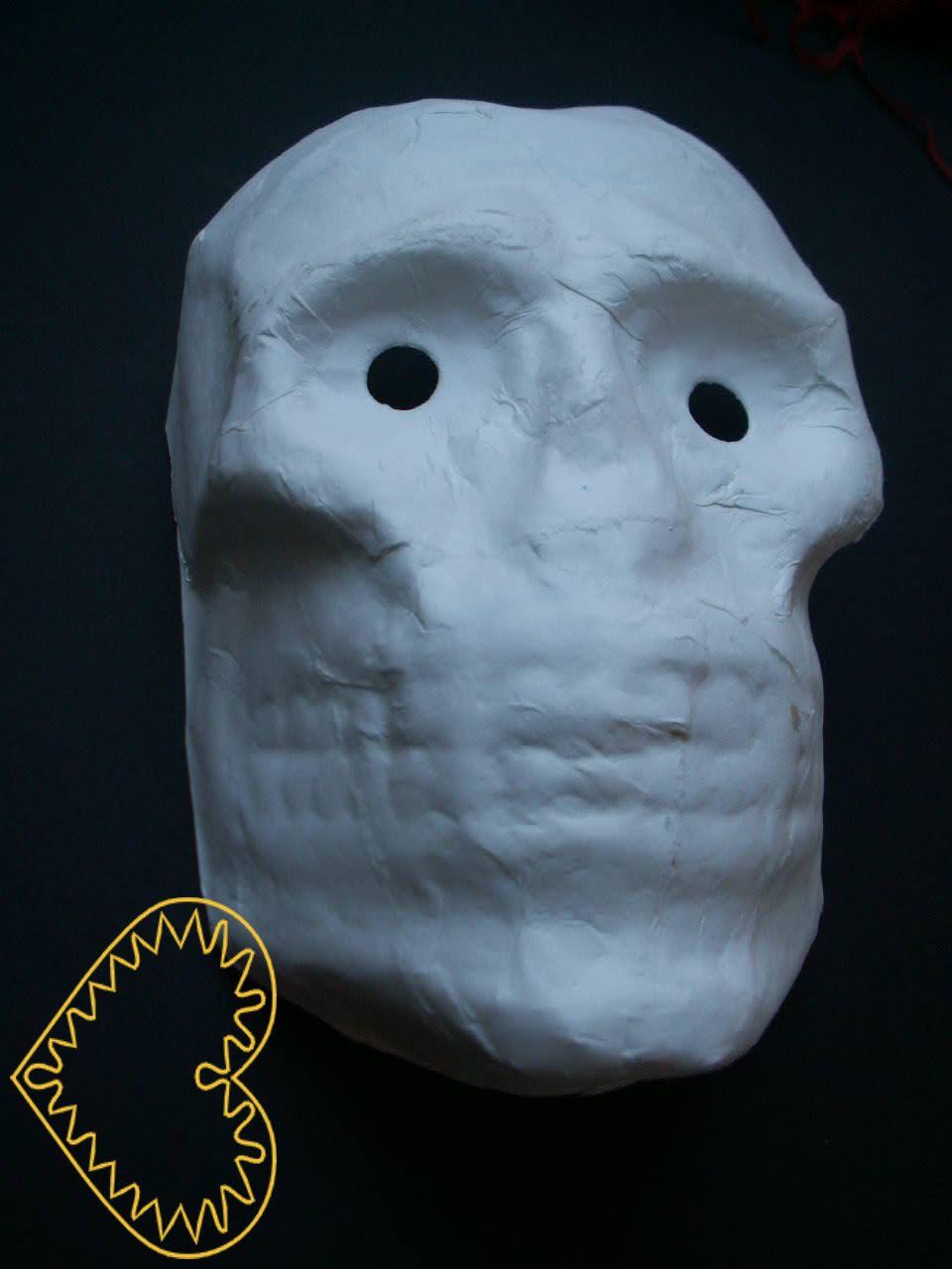 Ručně vylepovaná papírová maska - smrtka. Jedná se o polotovar k dotvoření. Maska má vzadu přidělanou gumičku k upevnění na hlavě. Masku můžete namalovat dle své fantazie vodovými barvami, temperami, akrylovými barvami či fixami nebo pastelkami. Dopo