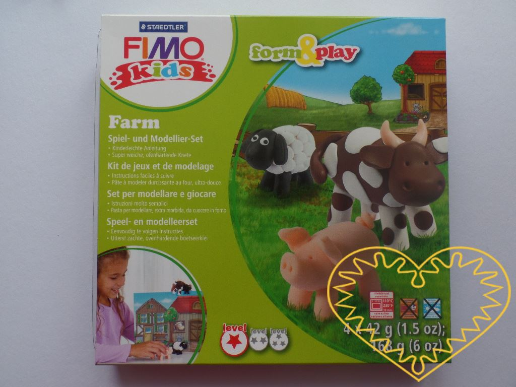 Fimo kids - farma. Tvůrčí zábava pro děti. Obsahuje 4 barvy modelovací hmoty (4x balení po 42 g), umělohmotnou špachtli, papírovou farmu, obrázkový návod na výrobu jednotlivých zvířátek. Fimo hmota je tvárná a měkká, spojením barev se snadno dají nam