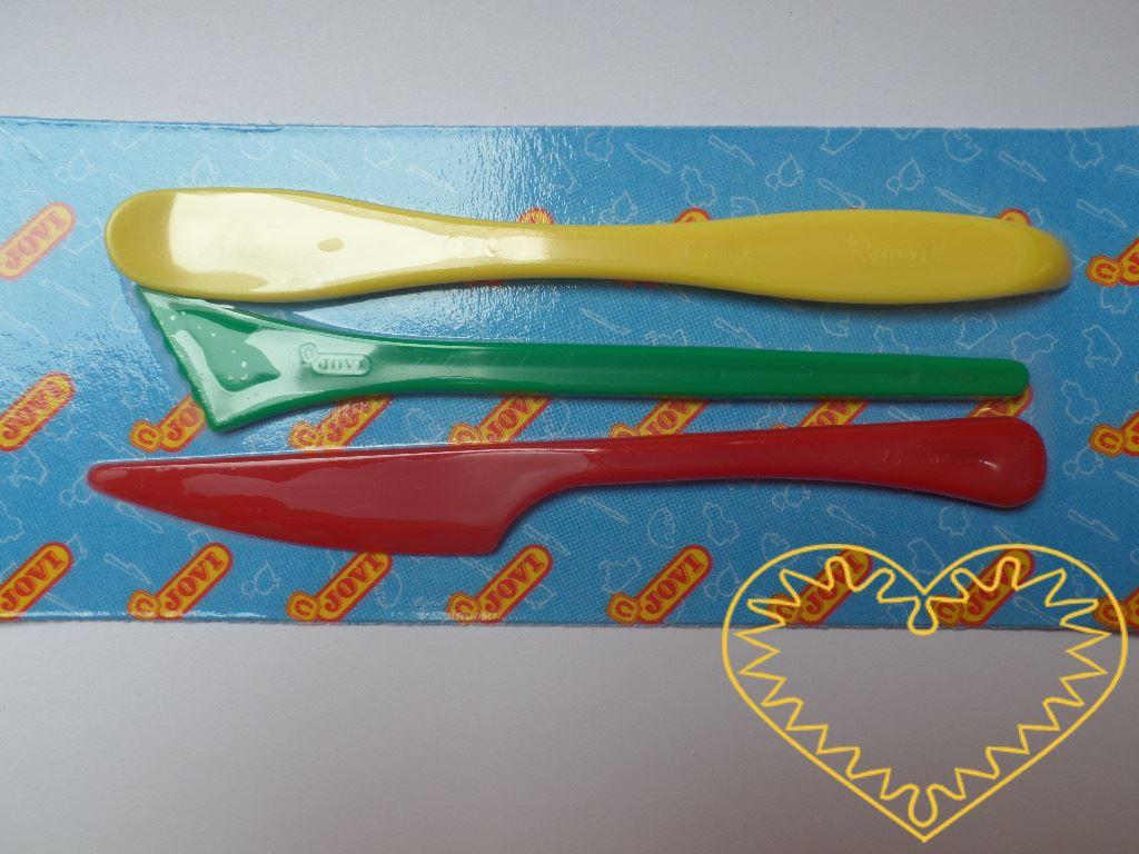Modelovací plastové špachtle - 3 ks. Praktický doplněk pro práci s plastelínou a modelovací hmotou. Díky špachtlím se Vám bude snadněji pracovat na detailech, modelovací hmotu také snadno rozkrájíte.
