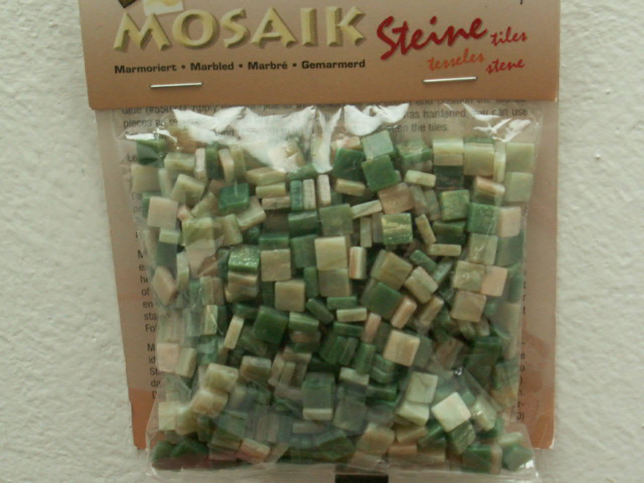 Mramorová pryskyřicová mozaika zelená - čtverečky 0,5 x 0,5 cm - balení 45 g. Tato mozaika je vyrobena z resinu - pryskyřice, jejíž výhodou je nízká hmotnost a zcela nové barvy. Můžete ji lepit běžným lepidlem jako skleněnou mozaiku, ale pro její leh