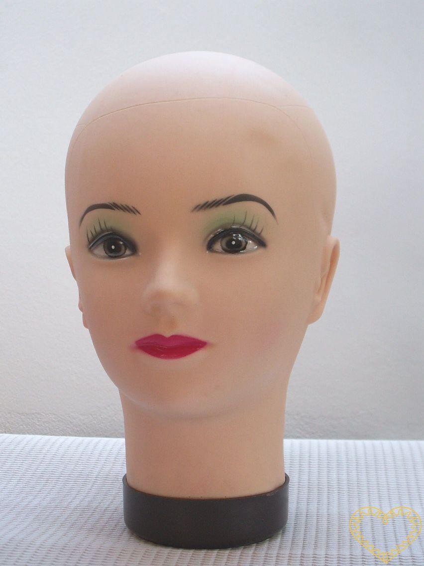 Hlava dámská aranžérská 26x13 cm. Obvod hlavy je 49,5 cm. Jedná se o hlavu určenou k nejrůznějšímu aranžování. Pokud sami tvoříte pokrývky hlavy, výborně pomáhá při zkoušení vašich výtvorů.