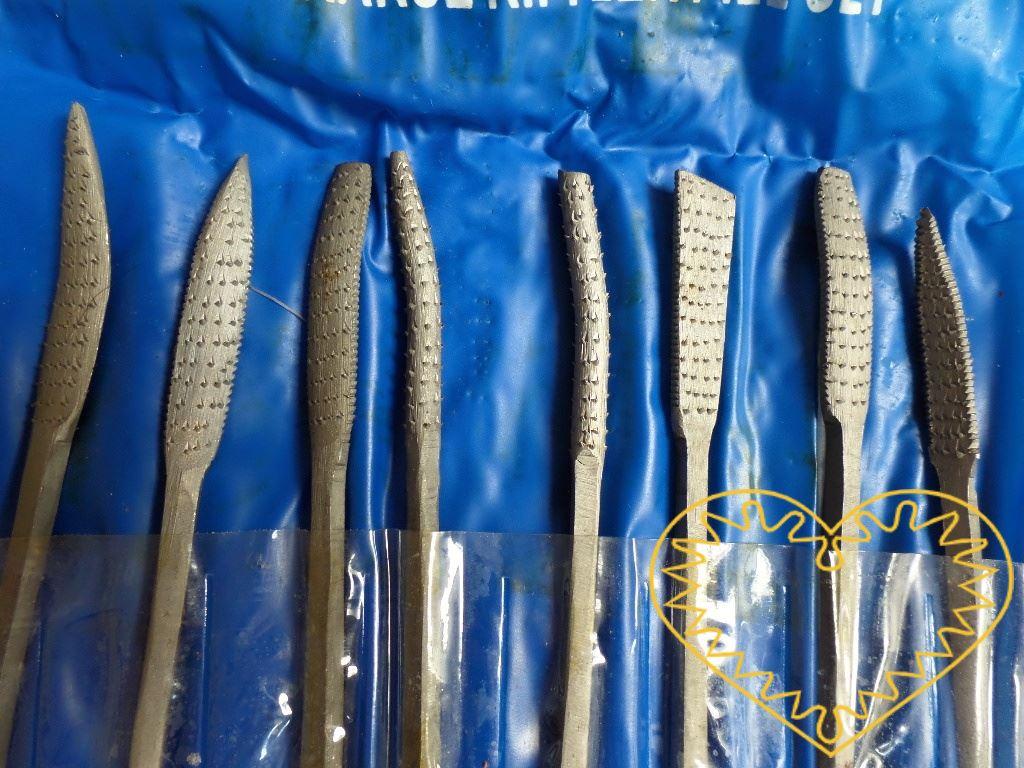 Celokovové rašple (hrubé pilníky) různých tvarů k opracování materiálu - sada 8 ks. Rašple jsou oboustranné a mají různé tvary - kulatý, obdélný i špičatý. Jsou vhodné hlavně pro domácí hobby tvoření.