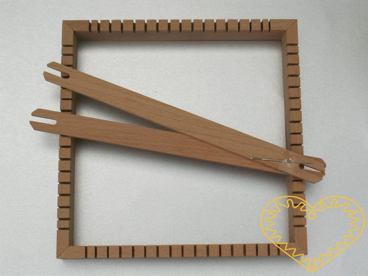 Dřevěný tkací rám velikosti 23 x 23 cm s dvěma člunky. Pracuje se na něm tak, že si natáhnete paprskovitě osnovu, kterou pak můžete dokola vytkávat (podobně jako pavučinu). Rám je vhodný pro tvoření dětí i dospělých.