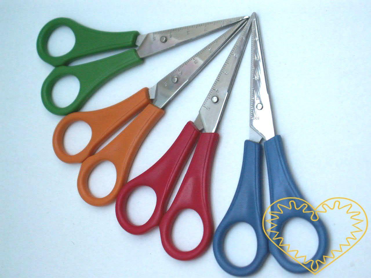 Dětské nůžky pro leváky. Nůžky jsou kovové s umělou rukojetí. Na vnější straně nože mají vyryto měřítko s milimetry a centimetry, což umožňuje změřit si potřebnou délku střihu.