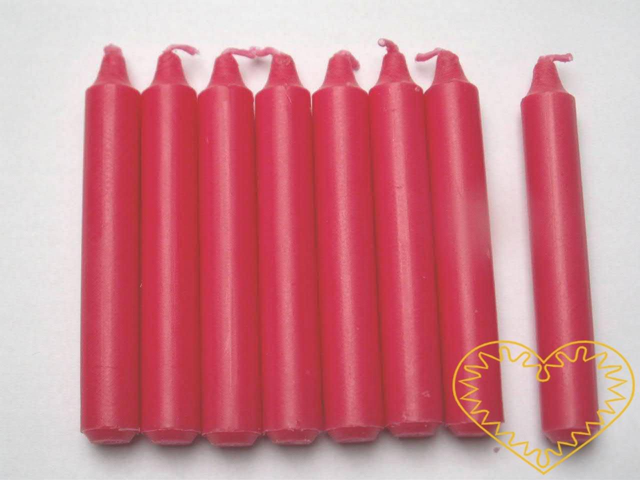 Červené vánoční svíčky - sada 12 kusů, ø 1,2 cm, výška 9,5 cm. Vhodné nejen na stromeček, ale i k vytváření nejrůznějších vánočních aranžmá, svícnů či menších adventních věnců.
