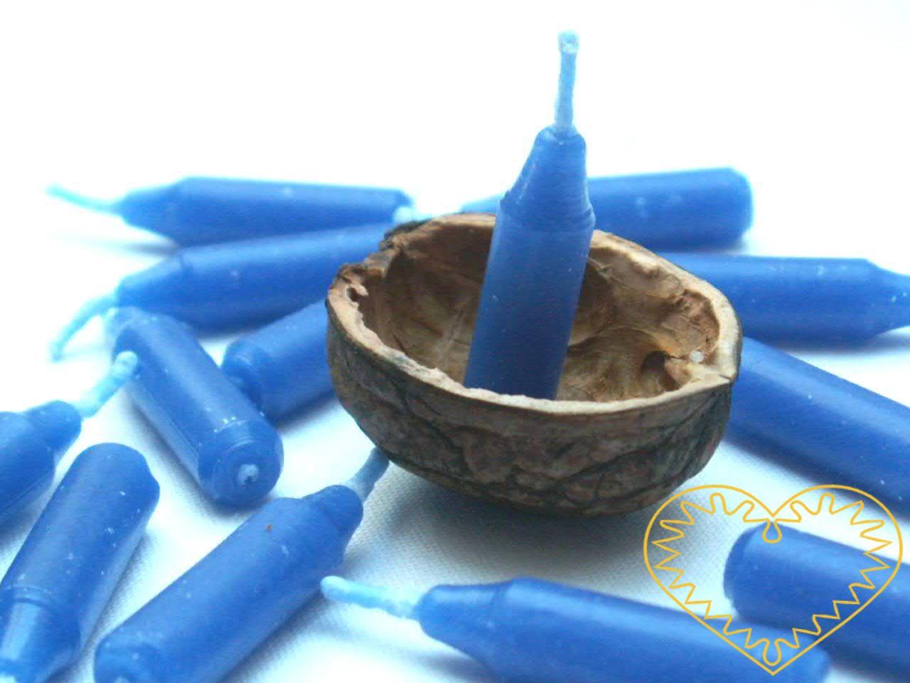 Speciální malé modré vánoční svíčky, které jsou svou velikostí uzpůsobeny na výrobu lodiček z ořechových skořápek. Pouštění skořápkových lodiček se zapálenými svíčičkami je staročeský zvyk, který se praktikuje o Štědrém večeru. Sleduje se, čí lodička