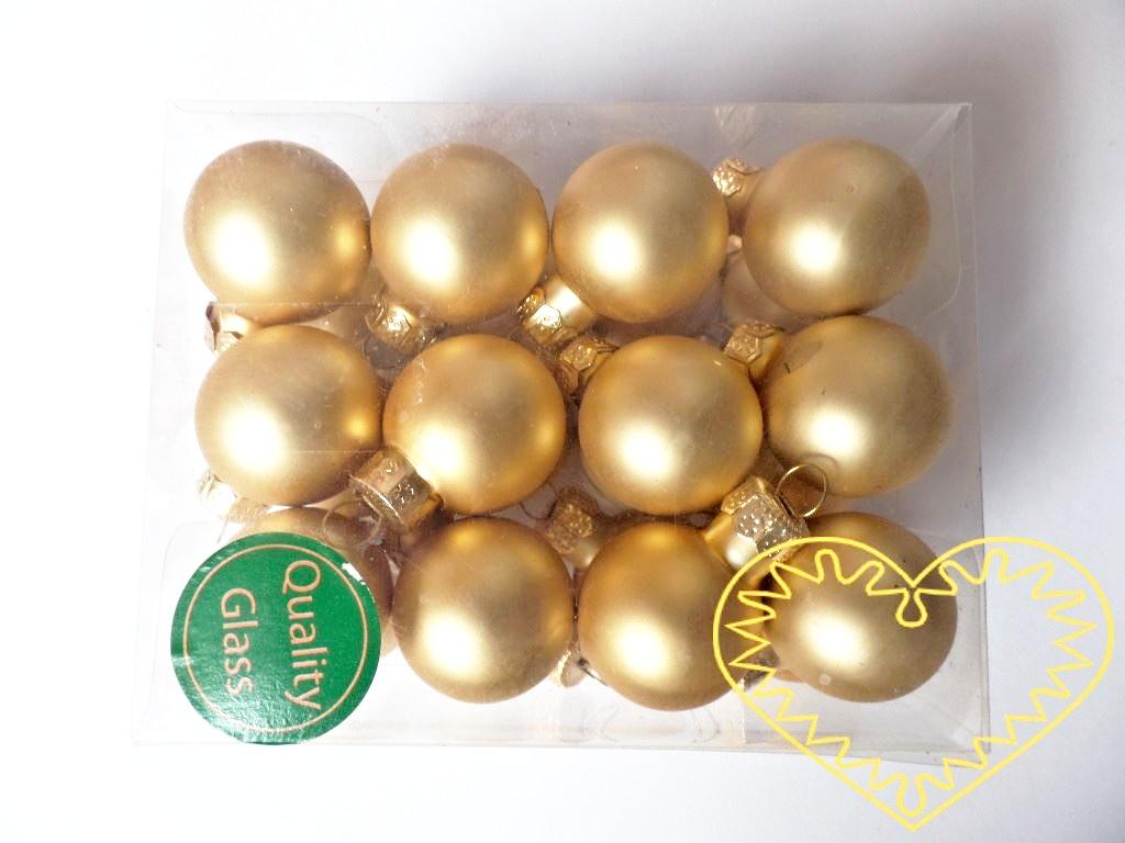 Zlaté skleněné koule mat - 24 ks. Každá koule ø 2,5 cm má kovové očko k zavěšení. To umožňuje koule různě aranžovat, zavěšovat či uivazovat. Materiál vhodný k tvorbě adventních a vánočních dekorací, věnců, svícnů apod.