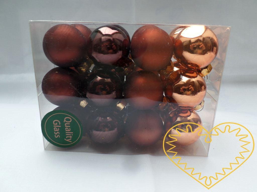 Skleněné závěsné koule hnědý mix - 24 ks. Každá koule ø 2,5 cm má kovové očko k zavěšení. To umožňuje koule různě aranžovat, zavěšovat či uivazovat. Materiál vhodný k tvorbě adventních a vánočních dekorací, věnců, svícnů apod. cena je uvedena za celé